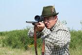 Jägare med gevär redo för skott — Stockfoto