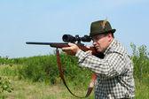 Hunter zamíření s odstřelovací puška — Stock fotografie