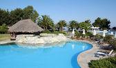 Bar tropical con piscina — Foto de Stock