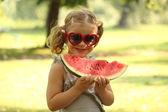 Menina com óculos de sol comer melancia — Foto Stock