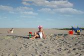 Enfants jouant dans le sable — Photo