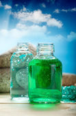 óleos de aromaterapia no fundo do céu azul — Foto Stock