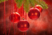 Decoración de navidad - bolas rojas y rama de abeto — Foto de Stock