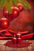 Noel dekorasyon - kırmızı baubles ve mumlar — Stok fotoğraf