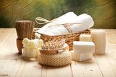 Schwamm, Handtücher und Seife — Stockfoto