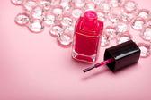 Красный лак на розовом фоне — Стоковое фото