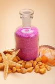 Růžová koupelová sůl a moře mušle — Stock fotografie
