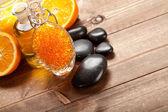 Sale da bagno arancio, olio essenziale e frutti maturi — Foto Stock
