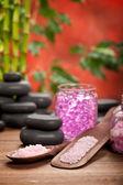 Pembe spa - banyo tuzu ve taşlar — Stok fotoğraf