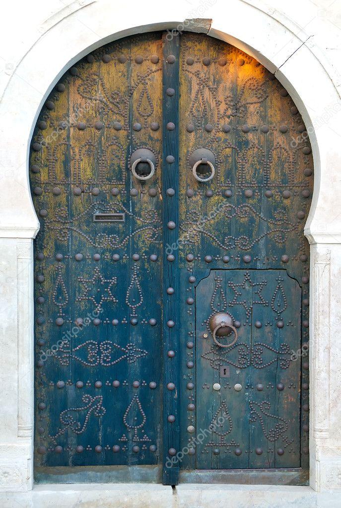Traditionnelle ancienne porte d 39 entr e tunisienne photo for Isolation porte d entree ancienne
