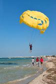 Yello parachute — Стоковое фото