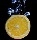 Naranja y salpicaduras de agua — Foto de Stock