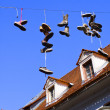 Shoes hanging on line announcing a death — Stockfoto