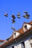 Chaussures suspendu sur la ligne annonçant une mort — Photo