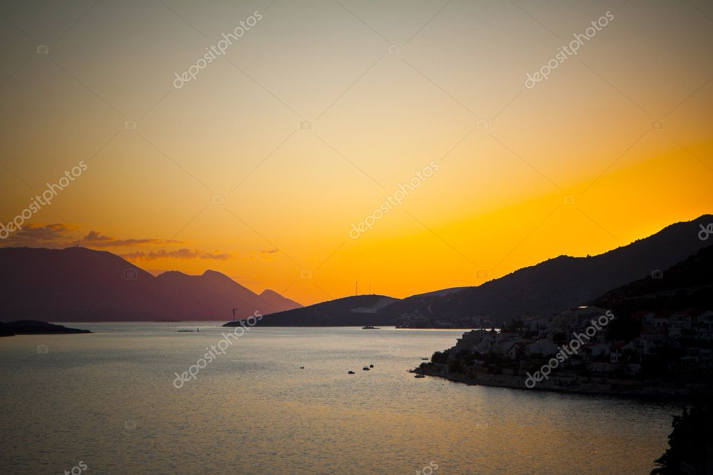 Beautiful sunset by the sea and the mountains — Stock Photo #6603323