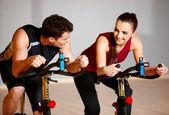 Pár v tělocvičně — Stock fotografie