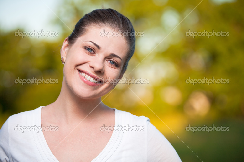 Woman on summer tree background. Outdoor portrait with big smile. — Stock Photo #6472107