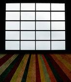 Große Fenster und Grunge-Dielenboden — Stockfoto