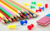 Kolorowe kredki na biurko — Zdjęcie stockowe