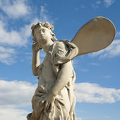 Ancient sculpture angel in the blue sky. — Stock Photo