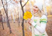 Chica con hojas de arce — Foto de Stock