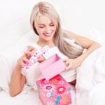 donna ottenendo presenta — Foto Stock