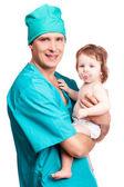 赤ちゃんを持つ外科医 — ストック写真