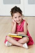 Enfant d'âge préscolaire avec livre — Photo