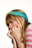 портрет молодой девушки эмоциональное на светлом фоне — Стоковое фото