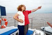 Starší šťastný pár na palubě jachty — Stock fotografie