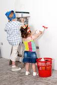 Małe dzieci, mycie ścian — Zdjęcie stockowe