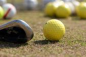 Una pelota de golf y conductor con foco en la bola — Foto de Stock