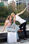 Twee emotionele meisjes met een boodschappentas — Stockfoto
