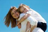 空に対して小さな息子と母親 — ストック写真