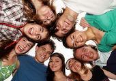 Vacances d'été joyeux jeunes s'amuser. — Photo