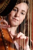 женский музыкант играл на арфе — Стоковое фото