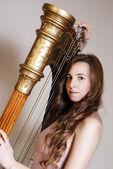 Musicista femmina con arpa — Foto Stock