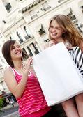 Adolescentes hermosos con una bolsa de compras — Foto de Stock