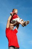 O pai com o filho a jogar contra o céu — Foto Stock