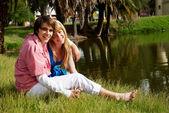 自然環境に対する若く、幸せなカップルの肖像画 — ストック写真