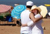 Lyckliga paret på stranden i semester — Stock fotografie