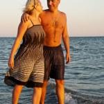 coppia felice, camminando sulla spiaggia — Foto Stock