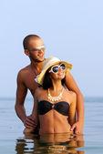 Szczęśliwa para w morze — Zdjęcie stockowe