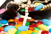 Cross against easter chocolate egg and sweets — ストック写真