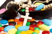 十字架反对复活节巧克力彩蛋和糖果 — 图库照片