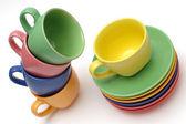 Färgade kaffekoppar och rätter — Stockfoto
