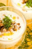 タラトル - 伝統的なブルガリアの冷たい夏スープ — ストック写真