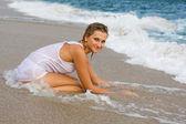 Genç sarışın kız sahilde. — Stok fotoğraf