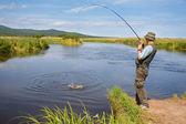 Fiskare fångst av lax — Stockfoto