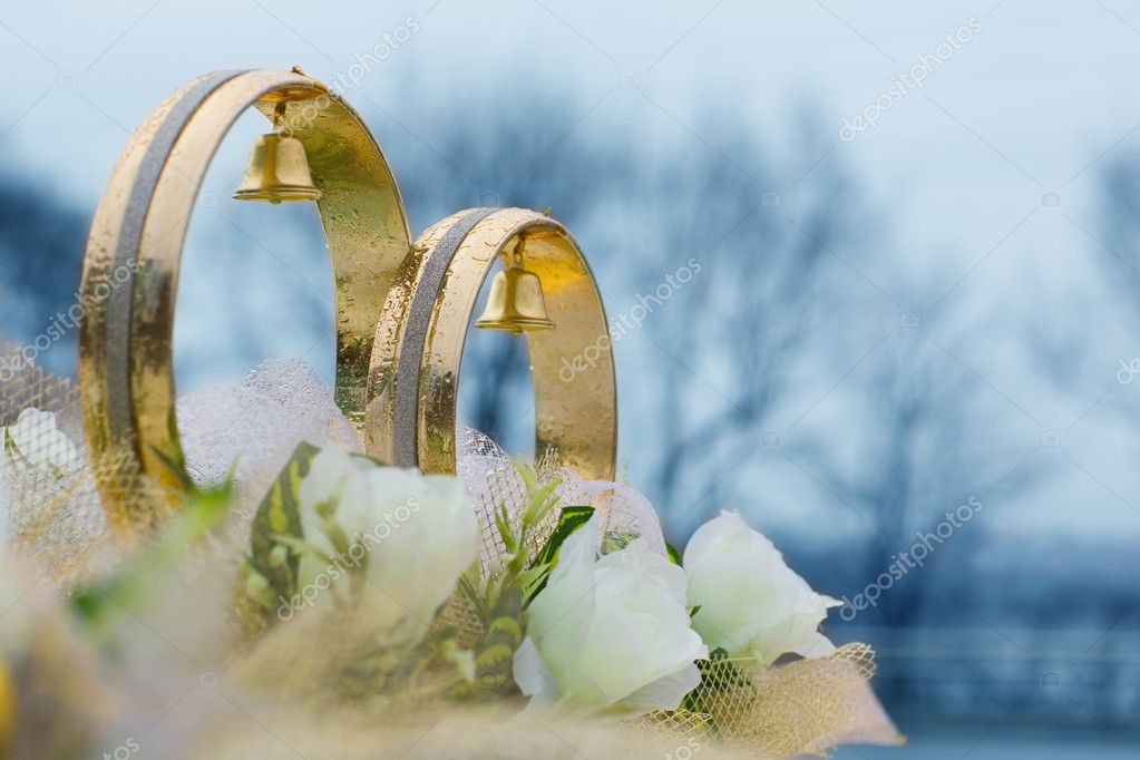 Wedding rings and flowers decorative on the roof of the car